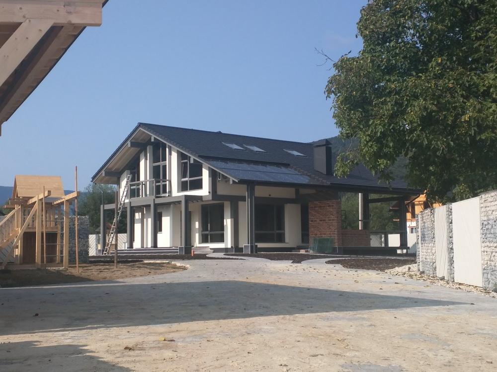 Будинок, в якому Карпати за вікном